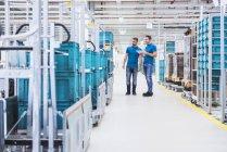 Чоловікам ходити в промислових зал — стокове фото