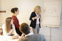 Gente di affari partecipavo a un workshop in ufficio — Foto stock