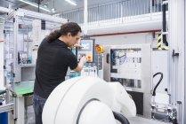 Robot di assemblaggio funzionamento uomo — Foto stock