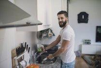 Lavar los platos hombre - foto de stock