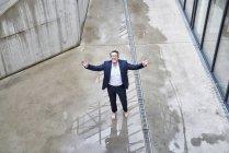 Бізнесмен, стоячи босоніж в калюжу — стокове фото