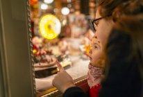 Meninas, a olhar para a montra de Natal — Fotografia de Stock