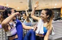 Donne che danno alta cinque dopo allenamento — Foto stock
