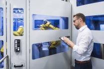 Человек делает заметки на робототехнике — стоковое фото