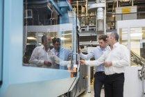 Чоловіки, вивчаючи машина заводі — стокове фото