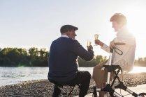 Пара пожилых людей пьет шампанское — стоковое фото