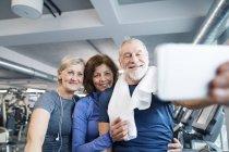 Forma os idosos no ginásio, tendo selfie — Fotografia de Stock