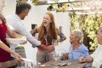 Glücklich familiensetting Tisch draußen für das Mittagessen — Stockfoto