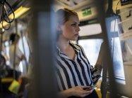 Молода жінка за допомогою смартфона в поїзді — стокове фото
