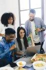 Freunde teilen laptop — Stockfoto