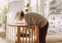 Mutter, die Verlegung von Neugeborenen — Stockfoto