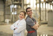 Colleghi nella condizione di fabbrica retro — Foto stock