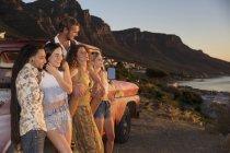 Amigos viajando para a costa em pick up — Fotografia de Stock