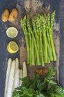 Asperges vertes et blanches, pommes de terre — Photo de stock