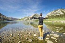 Человек, стоящий на озере Ковадонга — стоковое фото