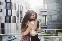 Jóvenes, abrazando en la ciudad de - foto de stock