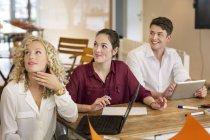 Geschäftsleute, die Teilnahme an einem Workshop im Büro — Stockfoto