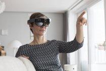 Mujer usando gafas de realidad aumentada - foto de stock
