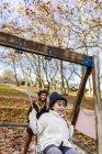 Маленька дівчинка на гойдалках — стокове фото