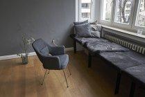 Innenraum mit Bank und Stuhl — Stockfoto