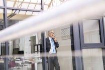 Geschäftsmann mit Smartphone — Stockfoto