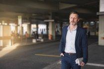 Homem de negócios esperando no terminal de ônibus — Fotografia de Stock