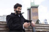 Hombre usando el teléfono celular - foto de stock