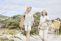 Mutter mit Tochter und Großmutter zu Fuß an der Küste — Stockfoto