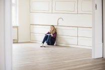 Femme qui pense au design d'intérieur — Photo de stock