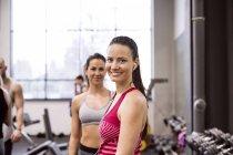 Jeunes femmes souriantes en gym — Photo de stock
