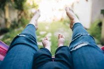 Mother and baby girl lying barefoot — Stock Photo
