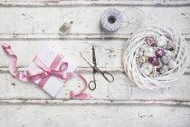 Decorazione con le forbici ed il presente — Foto stock