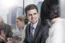 Бізнесмен в зал засідань зустрічі — стокове фото