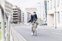 Homem de negócios andar de bicicleta — Fotografia de Stock