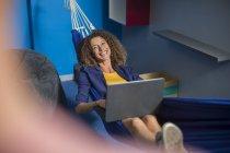 Співробітник з ноутбуком, відпочити в гамаку — стокове фото