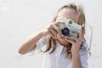 Девушка фотографирует с камерой — стоковое фото
