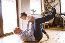 Дедушка и внук веселятся — стоковое фото