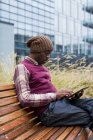 Людина сидить за допомогою планшета — стокове фото