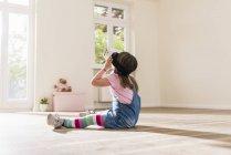 Mädchen in leerstehenden Wohnung mit virtual-Reality-Brille — Stockfoto