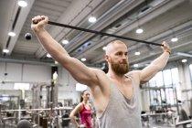 Mann trainiert mit Fitnessband — Stockfoto