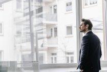 Kaufmann Blick durchs Fenster — Stockfoto