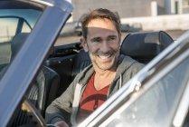 Homem sentado no carro esportivo — Fotografia de Stock