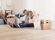 Родители и дочь используют планшет дома — стоковое фото