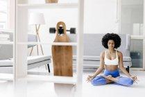 Женщина практикует йогу — стоковое фото