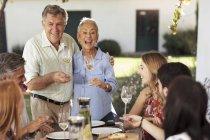 Couple de personnes âgées avec la famille déjeunant — Photo de stock