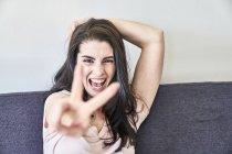 Donna che fa segno di vittoria — Foto stock
