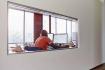 Man using computer in training room — Stock Photo