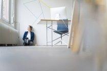 Femme d'affaires assise sur le sol — Photo de stock