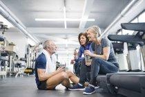 Для взрослых, отдыхающих в тренажерном зале — стоковое фото