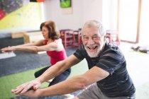 Ältere Mann und Frau, die Ausübung — Stockfoto